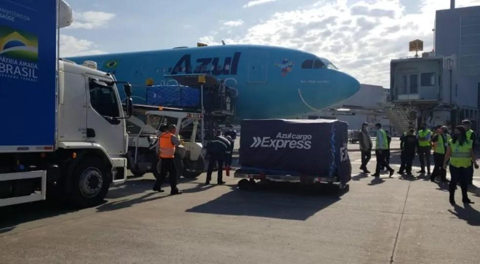 Avião com vacinas da Janssen doadas pelos EUA chegou em Viracopos nesta sexta — Foto: Jefferson Barbosa/EPTV