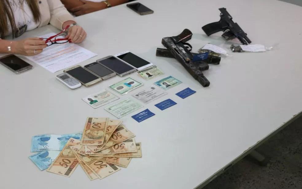 Dinheiro e armas foram apreendidos com suspeitos (Foto: Divulgação/ SSP-BA)