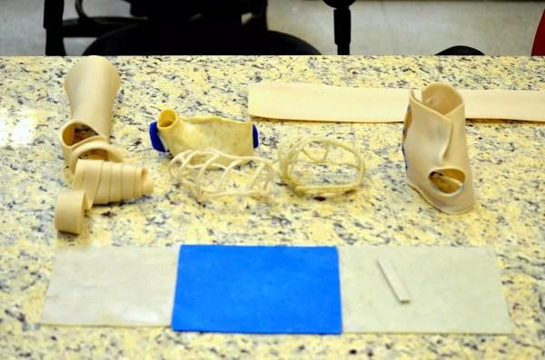 Material substitui gesso ortopédico e pode ser reutilizado (Foto: Thayná Cunha/G1)