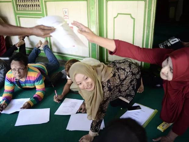A diretora Shinta Ratri (direita) conduz um encontro de grupo de estudos em internato em Yogyakarta, em foto de 9 de maio (Foto: Goh Chai Hin/AFP)