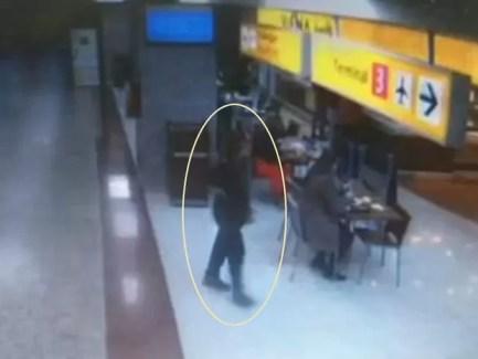 Nessa outra imagem, Eliza Cremasco aparece já sem as malas e a mochila, procurando por alguém ou alguma coisa (Foto: TV Globo/Reprodução)