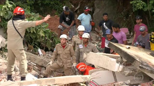 Deslizamento em Niterói deixa 10 mortos e feridos — Foto: Reprodução / TV Globo