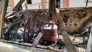 Carro incendiado  (Foto: Lucas Pasin/ EGO)