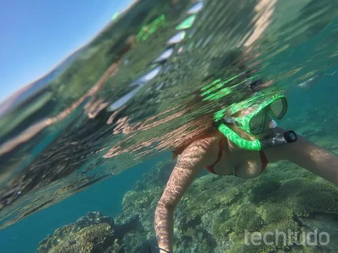 As fotos com parte dentro d'água e parte fora costumam ficar bem legais e diferentes  (Foto: Juliana Pixinine/TechTudo)