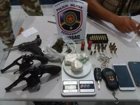 Armas de fogo, drogas e muncições foram apreendidas (Foto: Polícia Militar/Divulgação)