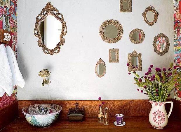 Multiplique o espelho no lavabo. Patricia Talem usou vários, com diferentes molduras (Foto: Edu Castello)