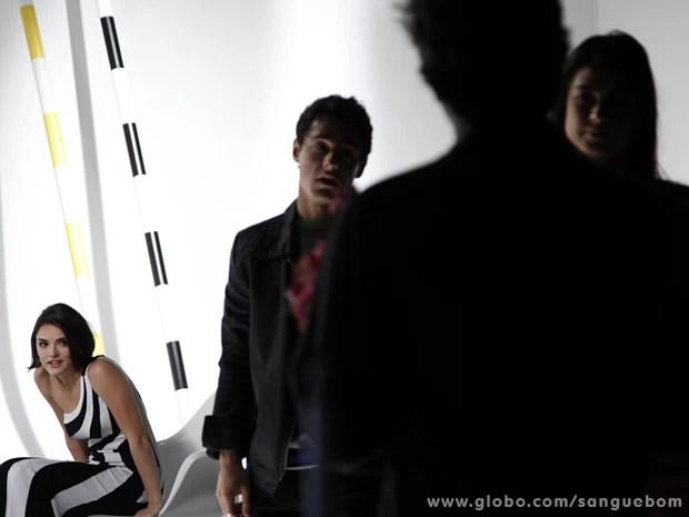 Caio fica possesso ao ver Fabinho no estúdio (Foto: Sangue Bom/TV Globo)