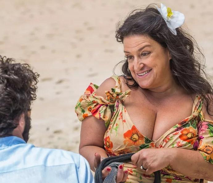 Teodora compra ilha deserta e volta para lá com o Tarzan (Foto: Artur Meninea/Gshow)