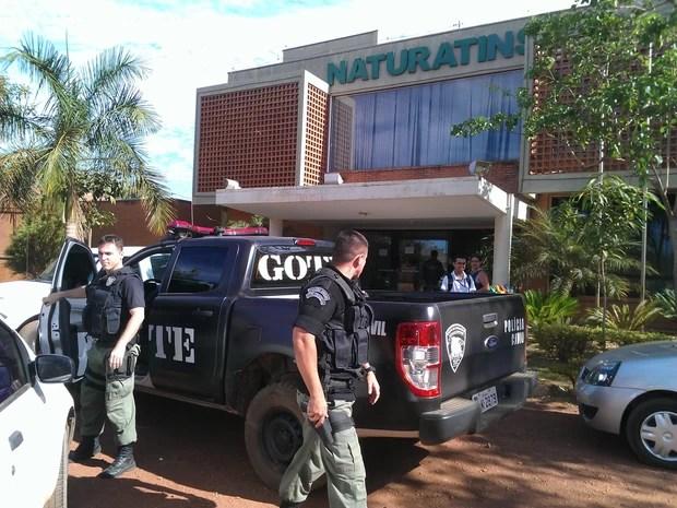 Polícia Civil recolheu computadores no Naturatins em Palmas (Foto: Bernardo Gravito/G1)
