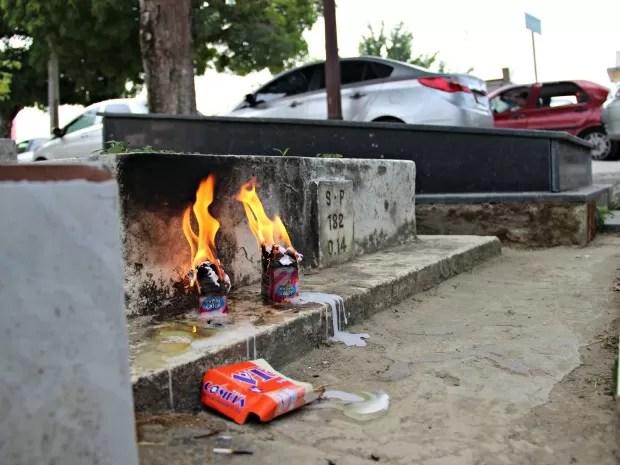 Visitantes mantiveram tradição de acender velas mesmo, mas não seguiram orientação contra incêndio (Foto: Adneison Severiano/G1 AM)