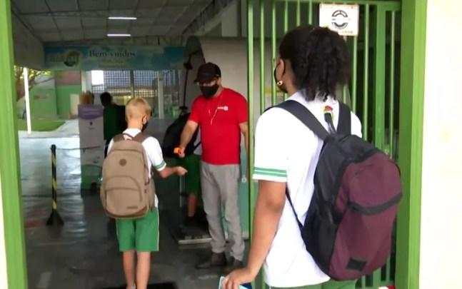 Estudantes de escola particular de Luís Eduardo Magalhães tem a temperatura aferida antes de entrar na unidade de ensino nesta segunda — Foto: Reprodução/TV Bahia
