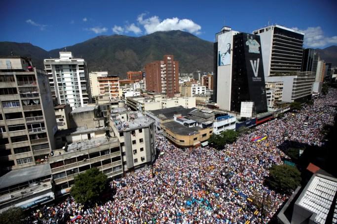 Multidão protesta contra Nicolás Maduro em Caracas, na Venezuela — Foto: Adriana Loureiro/Reuters