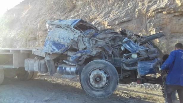 Cabine do caminhão ficou destruída após acidente na BR-423, em Saloá — Foto: PRF/Divulgação