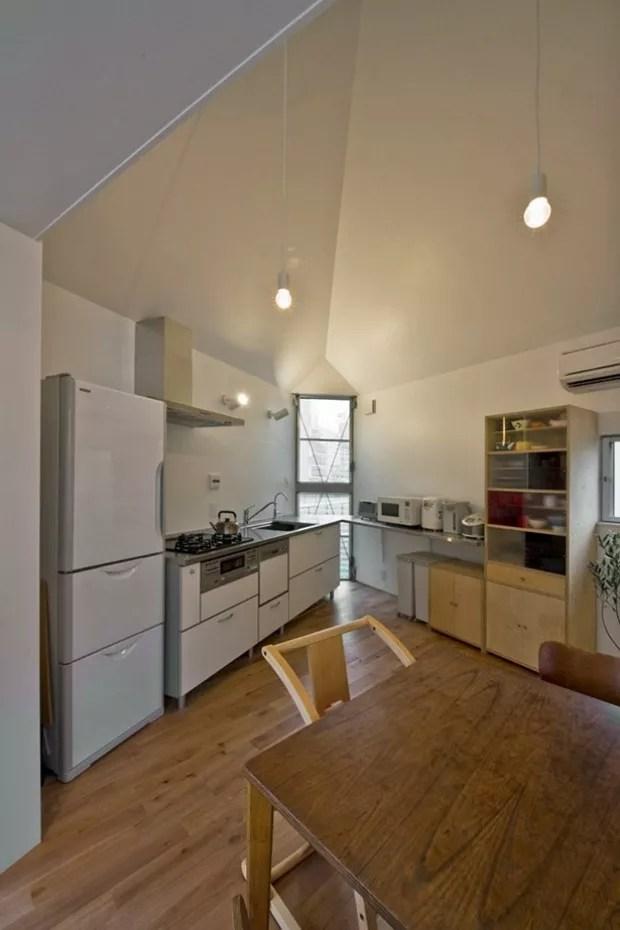 Cozinha instalada no piso superior (Foto:  Hiroshi Tanigawa/Divulgação)
