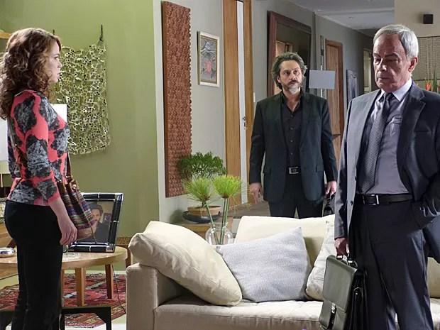 Zé Alfredo estranha a presença de Cristina em sua casa (Foto: Império/TV Globo)