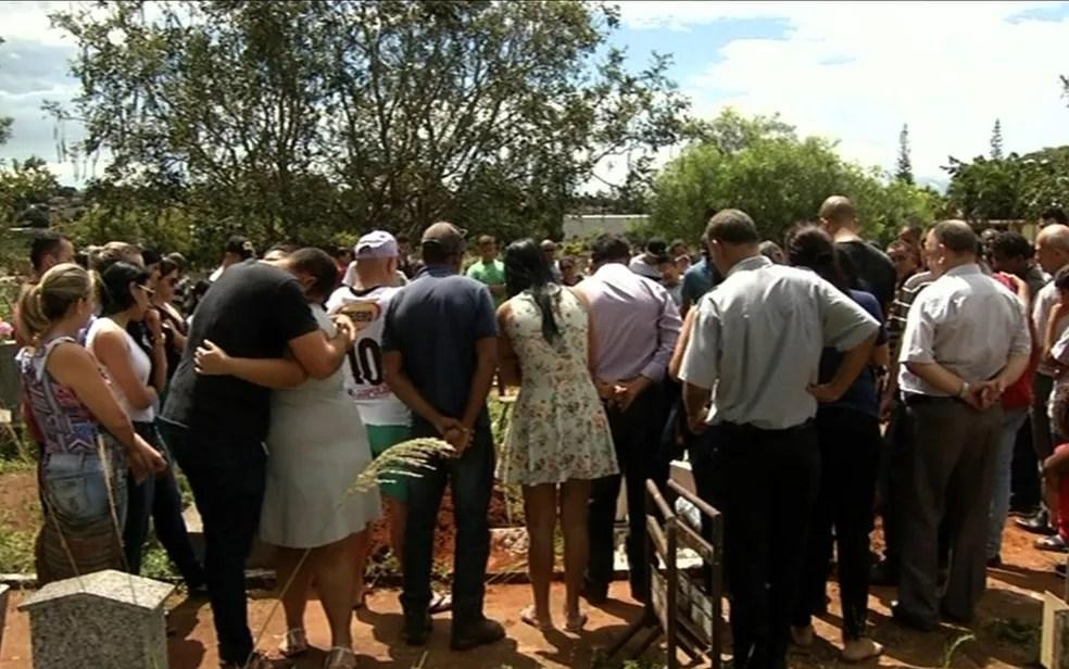 Familiares e amigos da vítima estavam inconsoáveis durante o enterro, em Anápolis (Foto: Reprodução/TV Anhanguera)
