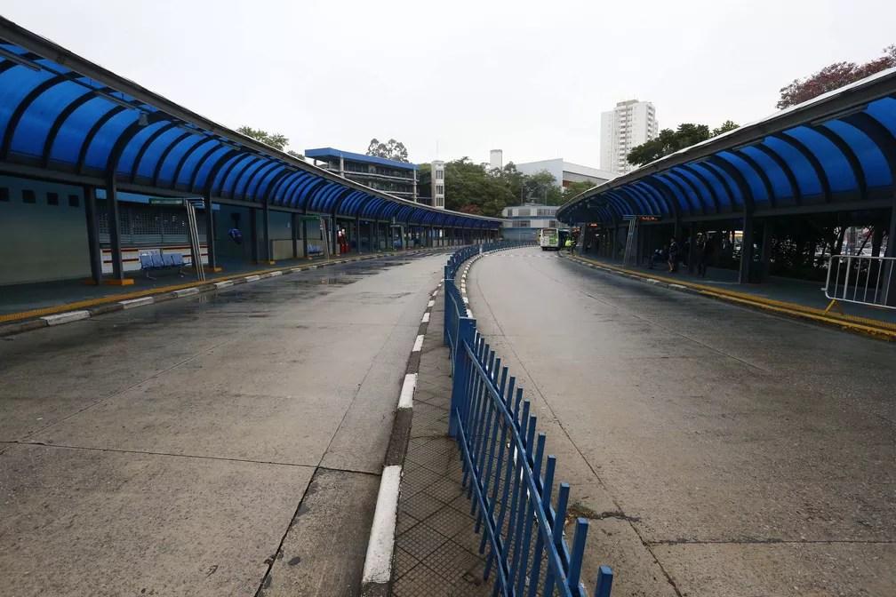 """Terminal Cachoeirinha, na Zona Norte de São Paulo (SP), amanhece vazio nesta sexta-feira (28). Diversas categorias aderiram hoje ao movimento nacional intitulado """"Greve Geral"""