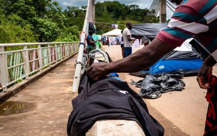 Em fevereiro, imigrantes chegaram a ficar acampados na ponte que liga o Acre ao Peru — Foto: Raylanderson Frota/Arquivo pessoal