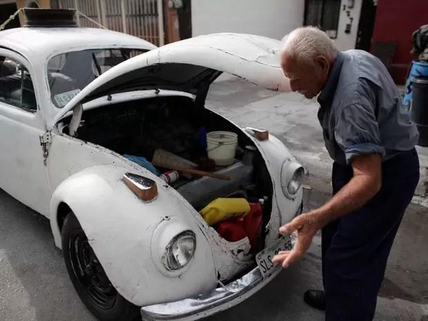 Oscar Almaguer exibe objetos pessoais guardados em seu 'fusca casa' (Foto: Daniel Becerril/Reuters)
