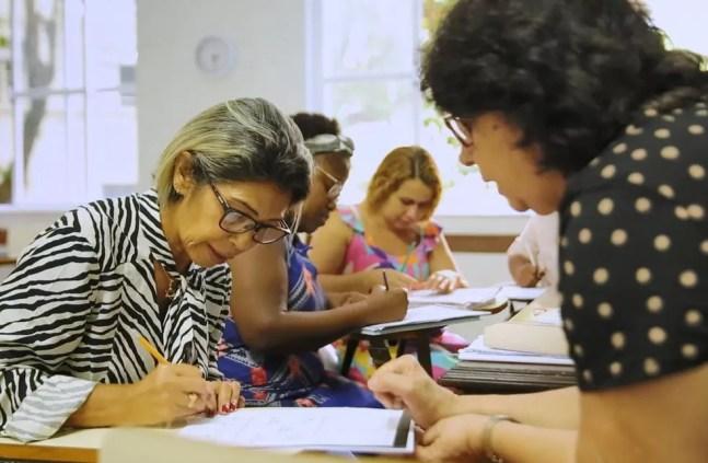 Maria de Lourdes Ferreira (à esquerda) nas aulas presenciais de educação de jovens e adultos, antes da pandemia. — Foto: Gustavo Wanderley/TV Globo