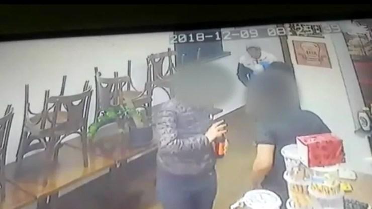 Clientes e funcionários foram rendidos e assaltados na Zona Sul de SP — Foto: Reprodução/TV Globo