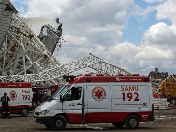 Ambulâncias do Samu são vistas ao lado da estrutura afetada no acidente (Foto: William Volcov/Brazil Photo Press/Estadão Conteúdo)