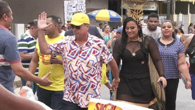 Prefeito Demóstenes Meira e a noiva Taty Dantas chegaram ao desfile de bloco, em Camaragibe, no Grande Recife — Foto: Reprodução/TV Globo