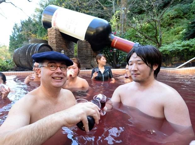 Mais à vontade, Thibault Garin serve vinho de dentro de piscina para convidado de spa (Foto: Toshifumi Kitamura/AFP)