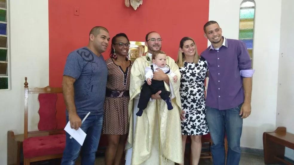 Padrinhos registraram o batismo ao lado do padre e dos pais do pequeno Gustavo (à esq.) (Foto: Juliane de Oliveira/Arquivo pessoal)