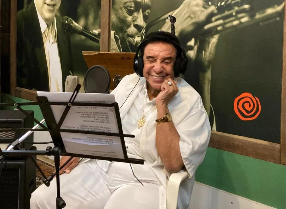 Agnaldo Timóteo em estúdio da Barra Funda, em março — Foto: Divulgação