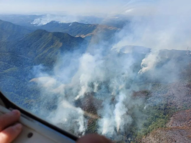 Bombeiros combatem incêndio de grandes proporções na Serra do Japi — Foto: Defesa Civil/Divulgação
