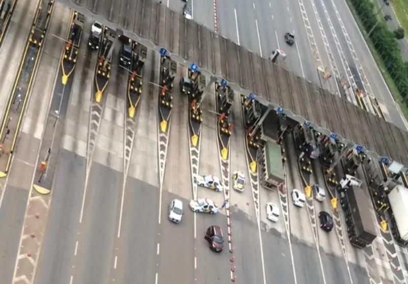 Suspeitos foram abordados e presos na praça de pedágio em Boituva — Foto: Divulgação/PF