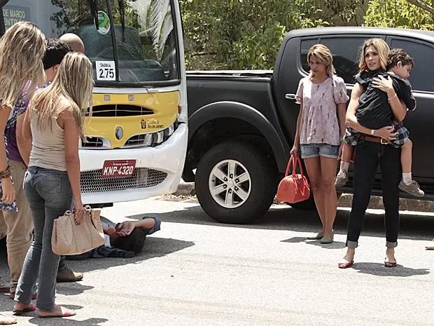 Théo vai parar debaixo do ônibus após salvar Junior (Foto: Salve Jorge/TV Globo)
