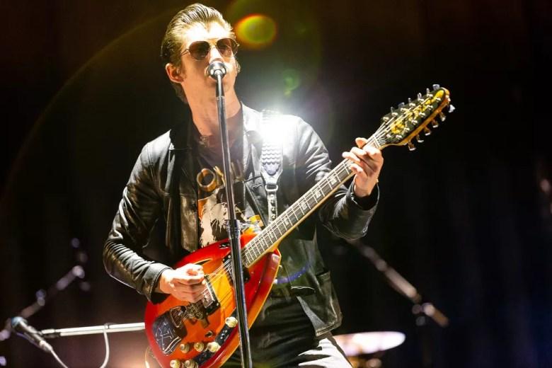 Alex Turner canta durante show do Arctic Monkeys no Lollapalooza 2019 — Foto: Diego Baravelli/G1