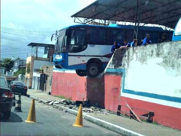 Área foi isolada para facilitar operação de retirada do veículo (Foto: Jorge Corrêa Neto)