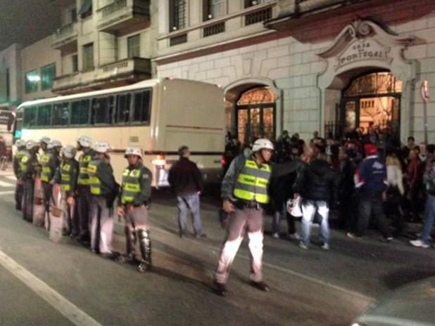 Ao final do evento, petistas foram escoltados por PMs até os ônibus para que não houvesse confrontos com manifestantes (Foto: Roney Domingos/G1)