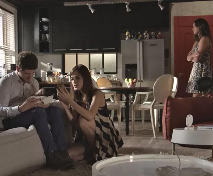 Mari fica desconfortável ao presenciar o momento família (Foto: TV Globo)