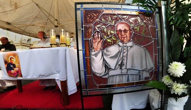 Retrato do Papa Francisco em altar fora do santuário de San Cayetano, em Liniers, próximo a Buenos Aires, nesta quarta-feira (7) (Foto: Daniel Garcia/AFP)