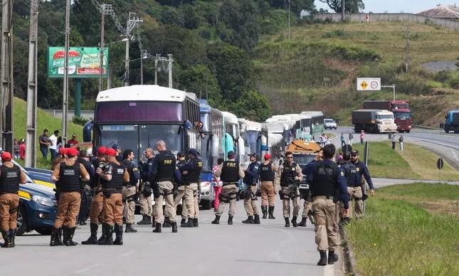 Polícia revista bagagens de integrantes do MST que chegam a Curitiba para apoiar o ex-presidente Lula