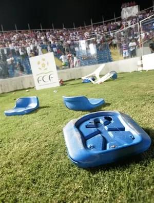 Cadeiras quebradas e arremessadas no campo do PV após eliminação do Fortaleza na Série C para o Oeste (Foto: Alex Costa/Agência Diário)