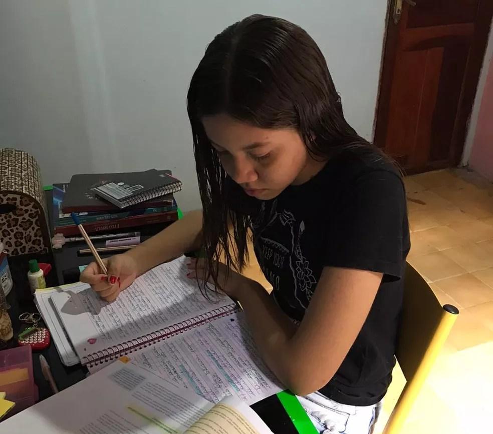 A estudante maranhense Yasmine Schulz estuda em casa e afirma que não conseguiu se adaptar ao ensino à distância. — Foto: Arquivo pessoal