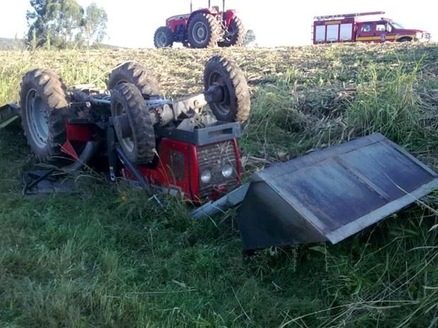 rabalhador rural morre esmagado por trator na zona rural de Passos (Foto: Hélder Almeida / Clic Folha)