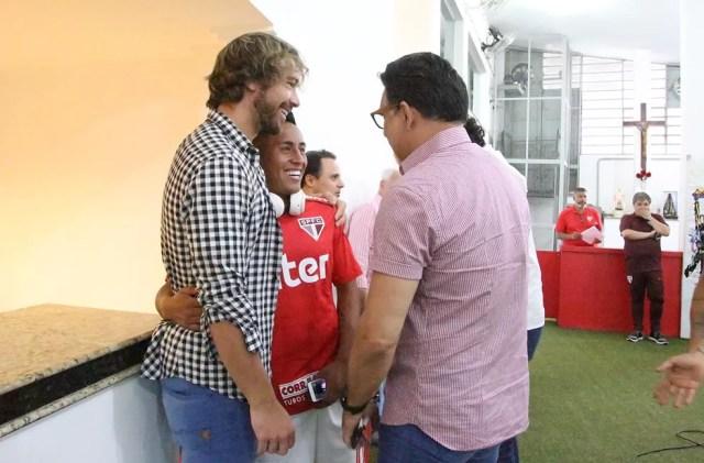 Cueva (ao centro) com Lugano, superintendente de relações institucionais, e Ricardo Rocha, coordenador de futebol, no vestiário do São Paulo (Foto: Rubens Chiri / saopaulofc.net)