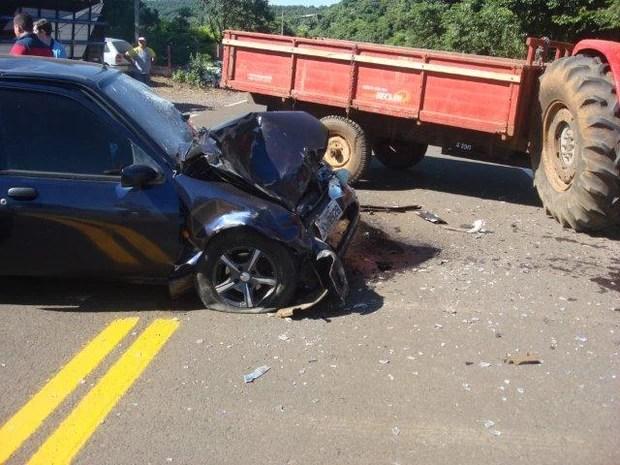 Segundo populares relataram aos bombeiros voluntários, o trator entrou na pista e colidiu contra o carro (Foto: André Kruger/Rádio Aliança)