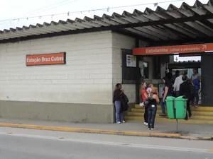 Passageiros na frente da estação de trem de Brás Cubas (Foto: Pedro Carlos Leite/ G1)