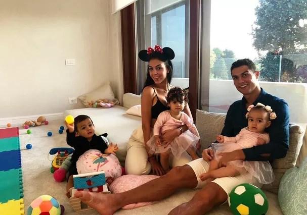Cristiano Ronaldo e sua família (Foto: Instagram/Reprodução)