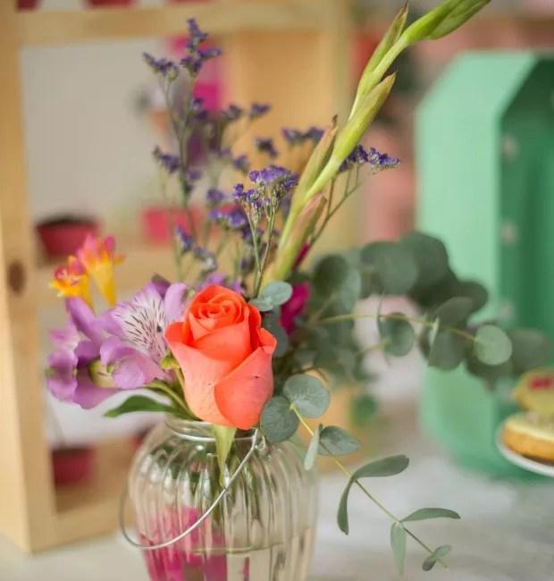 Miniarranjo de flores em vasinho de pendurar (Foto: Carina Iwahashi/Editora Globo)