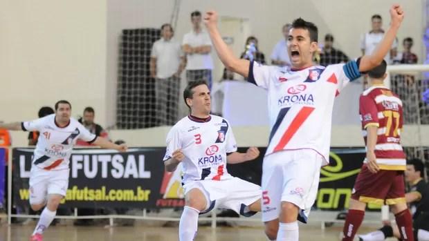 Vander Carioca, Ricardinho e Neto, de Joinville na final da Liga Futsal contra Orlândia (Foto: Luciano Bergamaschi / CBFS)
