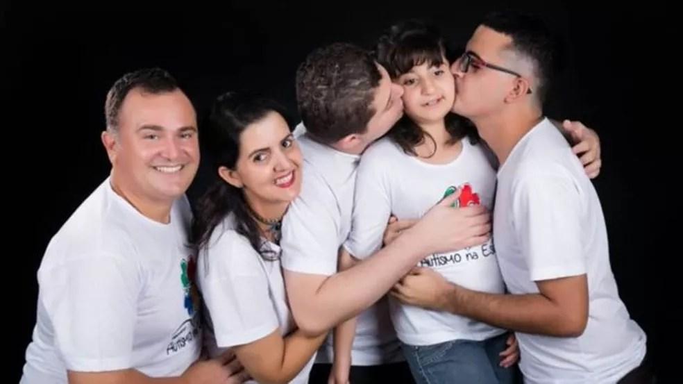 A irmã caçula de Enã, filha do segundo casamento da mãe, também foi diagnosticada com autismo — Foto: Estúdio Marães