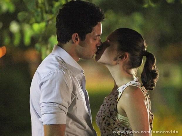 leila e rafael Resumo da Novela Amor a Vida 10/01/2014: Linda e Rafael se beijam, e Neide flagra os dois: 'Que pouca vergonha é essa?'